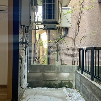 バルコニーは広くて便利※写真は1階の同間取り別部屋のものです