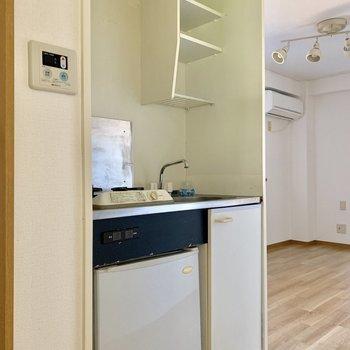 キッチンはスリムに、下の扉は水色でアクセント※写真は1階の同間取り別部屋のものです