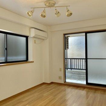 ナチュラルな床が心地良い*照明はサンプルです※写真は1階の同間取り別部屋のものです