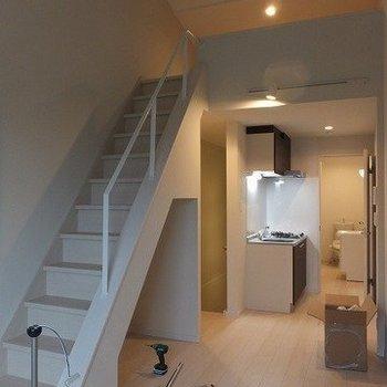 はしごではなくしっかり階段。※写真は2階の同間取り別部屋のものです