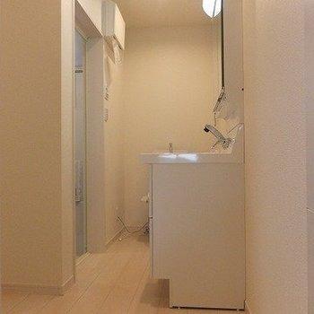 洗面脱衣所。※写真は2階の同間取り別部屋のものです