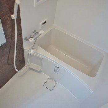 浴室乾燥機付きのバスルーム。