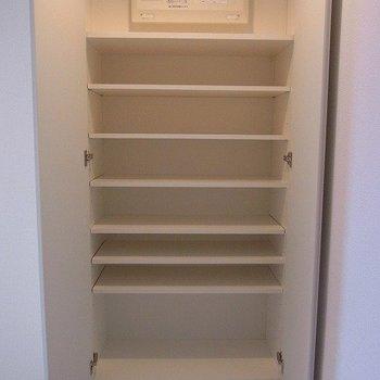 たくさん入るシューズボックス※写真は3階の同間取り別部屋のものです