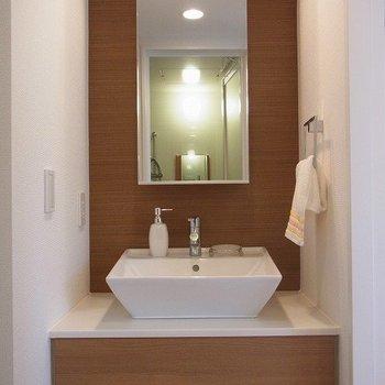 木目がおしゃれな独立洗面台。※写真は3階の同間取り別部屋のものです
