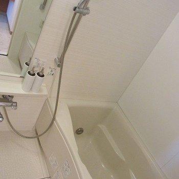 ひろびろお風呂。※写真は3階の同間取り別部屋のものです