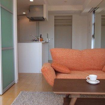 10.9帖のLDK。ソファーセットを置いてもまだ余裕があります。※家具はついていません。※写真は3階の同間取り別部屋のものです