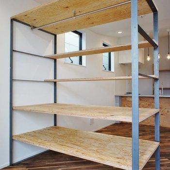 このシェルフは動きません※写真は3階同間取り別部屋のものです