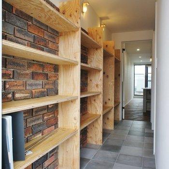 木のシェルフとレンガのクールさ※写真は3階同間取り別部屋のものです