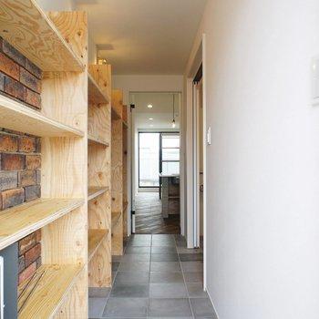 玄関から。※写真は3階同間取り別部屋のものです