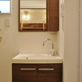 洗面台も少々コンパクトですが※写真は3階同間取り別部屋のものです