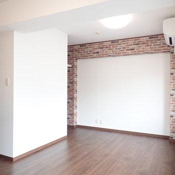 レンガ調の壁紙は暖炉のような雰囲気があります。