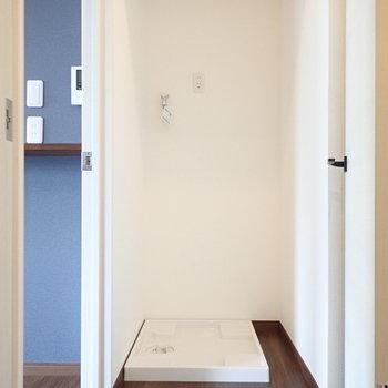 扉を開いてすぐ左には洗濯機置場。