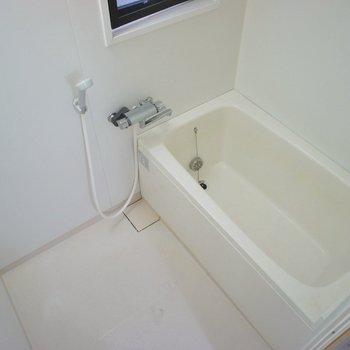 ノーマルなお風呂場ですが窓があって好印象。
