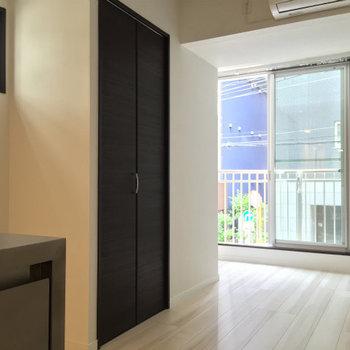 窓辺にはベッドを置くのが良さそうです※写真は2階の同間取り別部屋のものです