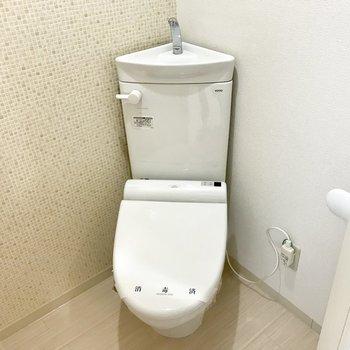 壁にタイルが可愛いトイレ