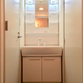独立洗面台で朝の準備もらくらくっ※写真は11階の同間取り別部屋のものです