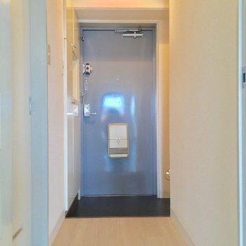 コチラが玄関。左手に先程のサニタリーが※写真は11階の同間取り別部屋のものです