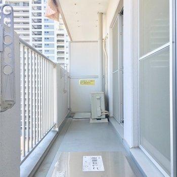 バルコニーはふた部屋続きでゆったり※写真は11階の同間取り別部屋のものです