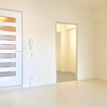 キッチンは右の、奥まった所に※写真は11階の同間取り別部屋のものです