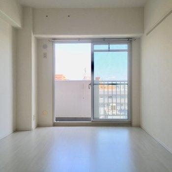 洋室はシンプルにホワイト1色※写真は11階の同間取り別部屋のものです