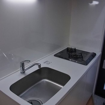 広めのシステムキッチン。※写真は1階の同間取り別部屋のものです