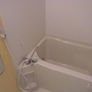 お風呂は追い焚き可能。※写真は1階の同間取り別部屋のものです