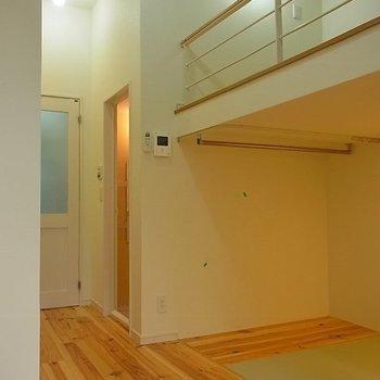 低めのロフト。※写真は1階の同間取り別部屋のものです