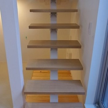 梯子ではなく階段。※写真は1階の同間取り別部屋のものです