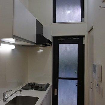 キッチンの天井も高いです。※写真は1階の同間取り別部屋のものです