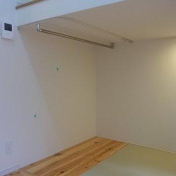 カーテンがつけられます。※写真は1階の同間取り別部屋のものです