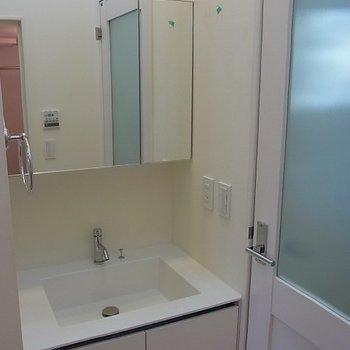 独立洗面台。※写真は1階の同間取り別部屋のものです