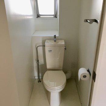 トイレはレトロだけど、窓もあって明るいのが嬉しい。