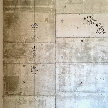 コンクリには職人のメモが刻まれています。