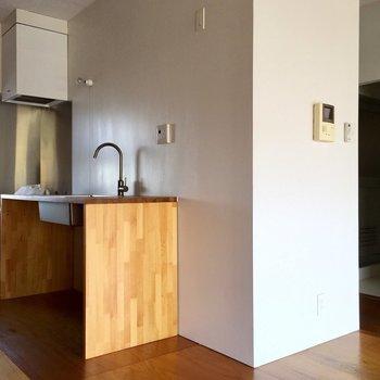 キッチン横に冷蔵庫置場かな?
