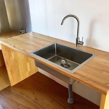 木目のキッチン。水道の蛇口もステキだ。