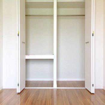 洋室にクローゼット。なかなかの収納力。※写真は5階の反転似た間取り別部屋のものです