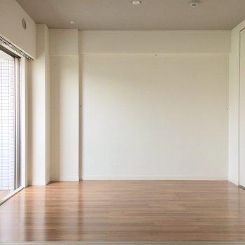 この奥が洋室。ベッド置きやすそうだね。※写真は5階の反転似た間取り別部屋のものです