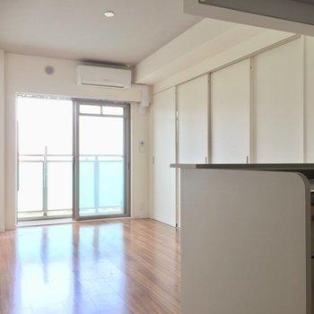 縦長のLDK。ゾーニングしやすい。※写真は5階の反転似た間取り別部屋のものです