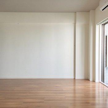 洋室側から見たリビング。右奥にテレビアンテナ端子があります。※写真は5階の反転似た間取り別部屋のものです