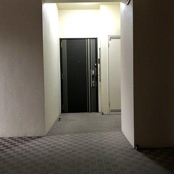 玄関扉横に傘を掛けられるフックが付いてます。