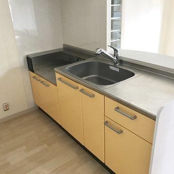 コンロは持ち込みです。食材を切ったりするスペースもしっかりある!※写真は2階の同間取り別部屋のものです