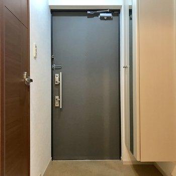 傘立ては玄関扉にくっつけるタイプのものが良さそう!※写真は2階の同間取り別部屋のものです