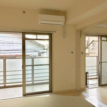 右側の窓枠に沿って部屋干し用フックが付いています!エアコン2つ◎※写真は2階の同間取り別部屋のものです