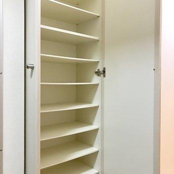 シューズボックス、なかなかの収納力です。※写真は2階の同間取り別部屋のものです
