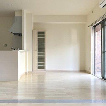 ラックが備え付け!その隣にも家具置きやすそうだね※写真は2階の同間取り別部屋のものです