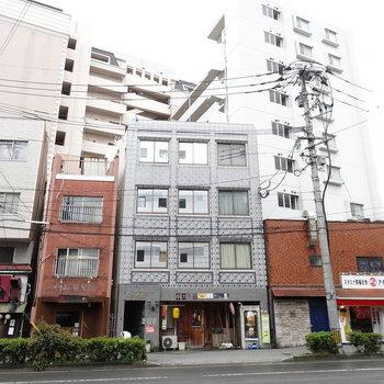 「西鉄平尾駅」バス停近くの建物。1階には飲食店。