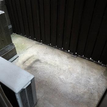 コンクリートでキレイなスペース。洗濯物を干すのに◎