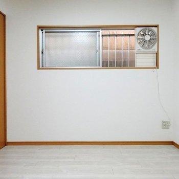 こちらの窓も壁に面しています。