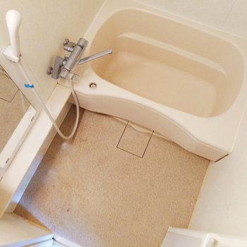 隣にお風呂がついてます。ここはまずまずの広さ。