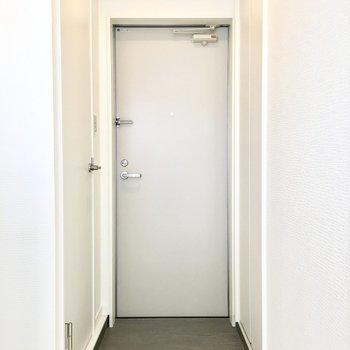 玄関もシンプルです。